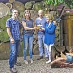 Ernst en Lianne Schepers ontvangen hun prijs van Jeanne te Dorsthorst